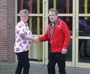 uitbaatster van dorpshuijs Anita Joore ontvangt de PvdA rozentrui uit handen van Peter van Gurp